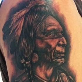Тату индейца на плече парня
