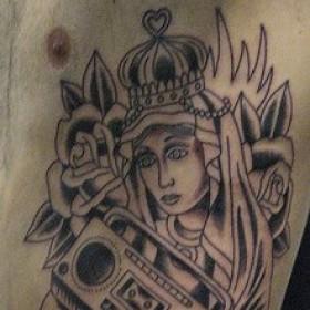 Тату корона, крест, розы, магнитофон на боку у парня