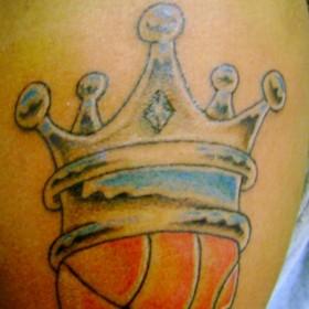 Тату корона на баскетбольном мяче на плече у парня