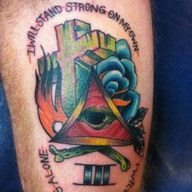 Тату на бицепсе парня - крест, глаз в треугольнике и надпись