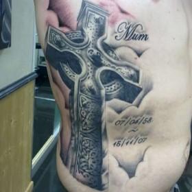 Тату на боку парня - крест и надпись