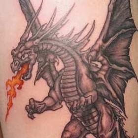 Тату на боку парня - огнедышащий дракон