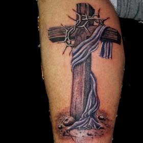 Тату на голени парня - крест и терновый венец