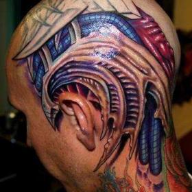 Тату на голове парня в стиле биомеханика
