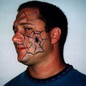 Тату на лице парня - паутина и паук