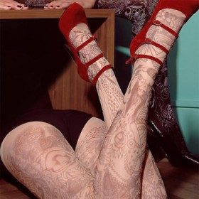 Тату на ногах девушки - колготки с узором