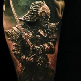 Тату на плече у парня воин