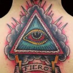 Тату на позвоночнике парня - пирамида с глазом и надпись