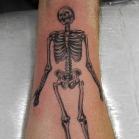 Тату на предплечье у парня - скелет