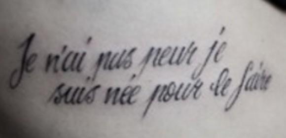 Тату на ребрах девушки - надпись на французском