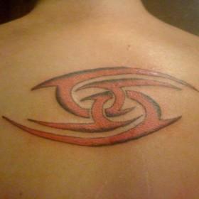 Тату на спине у парня - знак зодиака рак