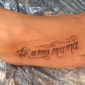 Тату на ступне девушки - надпись на испанском