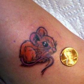 Тату на щиколотке у девушки - маленькая мышь