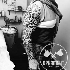 Тату рукав в стиле полинезия у парня