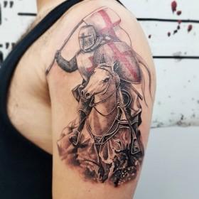 Тату рыцаря на коне на плече парня