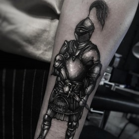 Тату рыцаря на предплечье парня