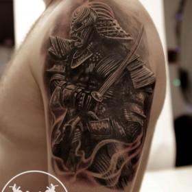 Тату самурай на плече парня