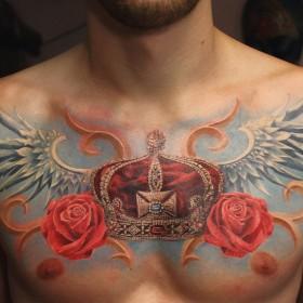 Тату корона с сердцем с крыльями и розой на груди парня