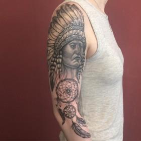 Татуха индейца на плече девушки