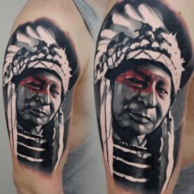 Татуха индейца на плече парня