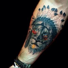 Татуха льва индейца на предплечье парня