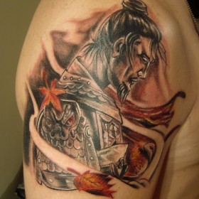 Татуха на плече парня - самурай и листья