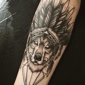 Татуха волка индейца на предплечье парня
