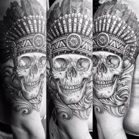 Татуировка черепа индейца на плече парня