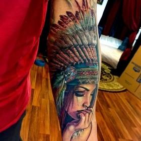 Татуировка девушки индейца на предплечье парня