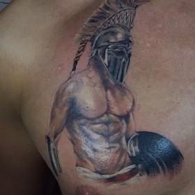 Татуировка гладиатора на груди мужчины