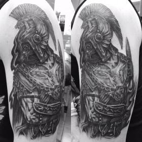 Татуировка гладиатора на плече парня