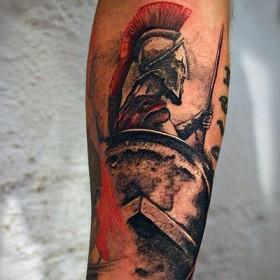 Татуировка гладиатора на предплечье мужчины