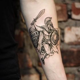 Татуировка гладиатора на предплечье парня