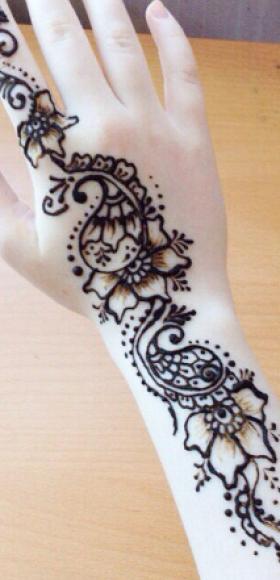 Татуировка хной на пальце и руке девушки