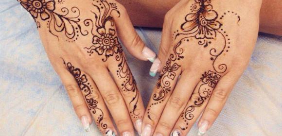 Татуировка хной на руках девушки - цветы