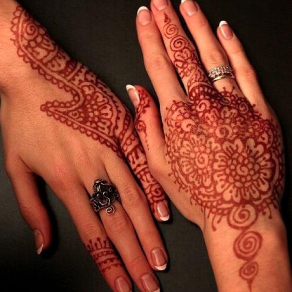 Татуировка хной на женских руках - цветы