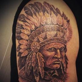 Татуировка индейца на плече мужчины