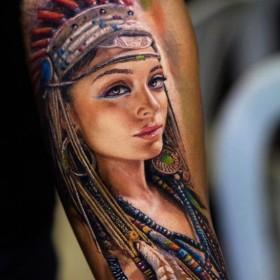 Татуировка индейца на предплечье мужчины