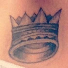 Татуировка корона на ключице у девушки