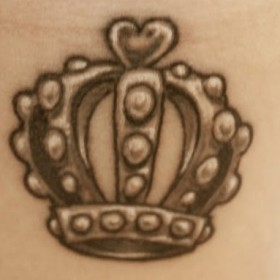 Татуировка Корона на запястье у девушки