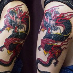 Татуировка на бедре у девушки - дракон