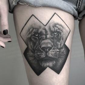 Татуировка на бедре у девушки - лев