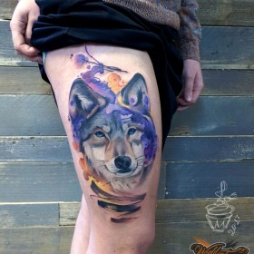 Татуировка на бедре у девушки - волк