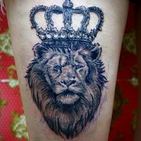 татуировка на бедре у парня - лев с короной
