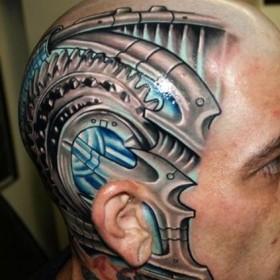 Татуировка на голове парня в стиле биомеханика