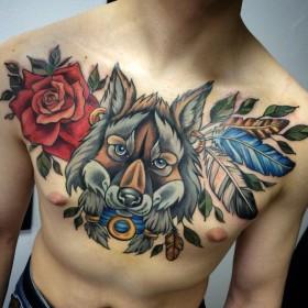 Татуировка на груди у парня - волк, роза и перья