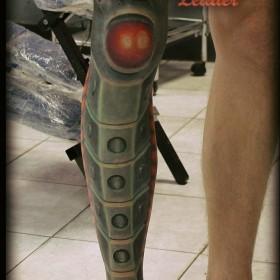 Татуировка на ноге у парня в стиле биомеханика