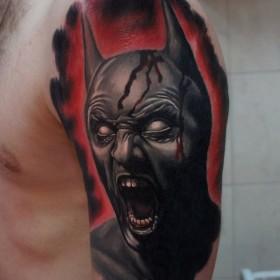 Татуировка на плече у парня - Бэтмен