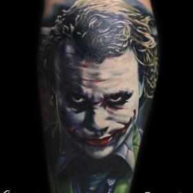 Татуировка на плече у парня - Джокер