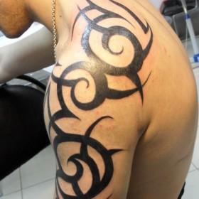 Татуировка на плече у парня - кельтский узор